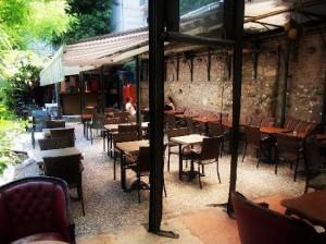 arka bahçe2 300x224 Tünelin saklı bahçesi; Mihrimah Sultan Cafe !