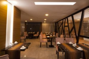 elara hotel restoran 300x200 Karşıyakada Nerede Kalınır