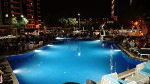 karsiyaka hotel havuz 300x169 Karşıyakada Nerede Kalınır